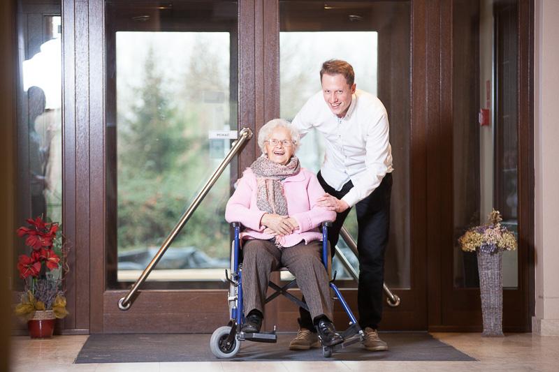 Glücklicher Senior im Pflegeheim