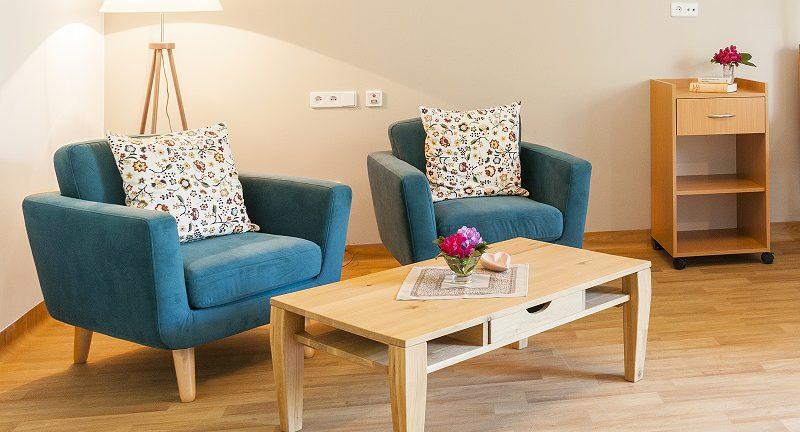 einen bquemen sessel f r einen senioren erania. Black Bedroom Furniture Sets. Home Design Ideas