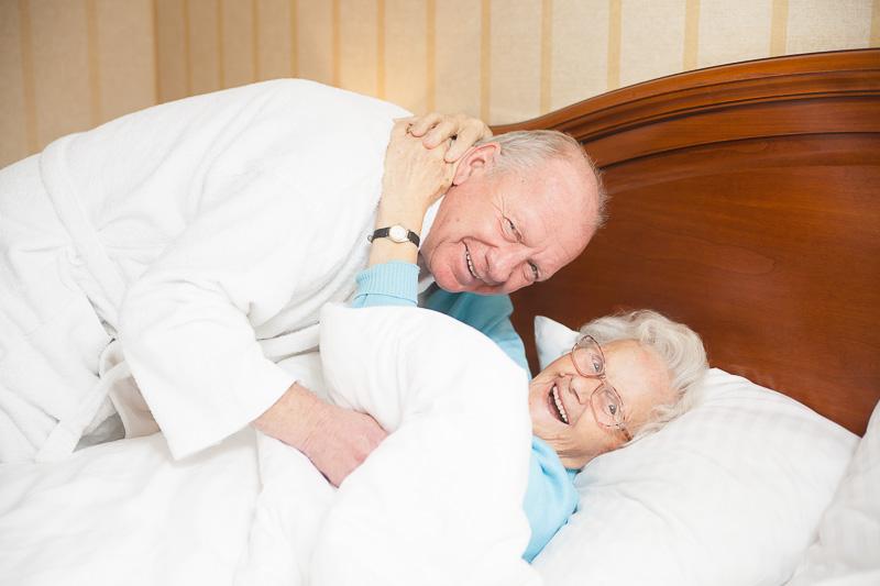 Glückliche senioren in senior residenz
