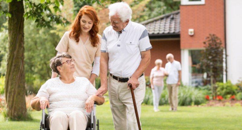 Welche Eigenschaften sollte ein Pfleger für ältere Menschen haben?